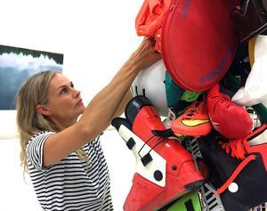 Maria Friberg utforskar vår relation till saker i sin konst. Varför har vi dem och vad gör vi med dem?