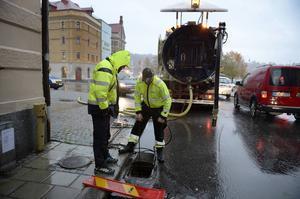 Mikael Johansson och Patrik Dahlqvist vid Sjögatan där en dagvattenbrunn satt igen vilket ledde till att det blev översvämning i den intilliggande fastigheten på onsdagsmorgonen.