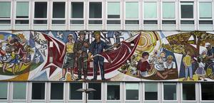 Strax intill Alexanderplatz finns en av DDR-tidens finaste patriotiska mosaiker bevarade på en husfasad.   Foto: Johan Öberg