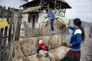 Lennart Eriksson, internationellt ansvarig för Hoppets Stjärna och Tältmissionen anser att det bästa sättet att hjälpa romer ur deras i många fall hopplösa situation är att hjälpa dem i hemlandet. Till exempel genom att se till att de har ett vettigt boende. (Bilden från byn Malu Vanat utanför Pitesti).