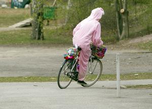 Snabbt som ögat smiter påskharen iväg på sin cykel pyntad med fjädrar.Foto: Rune Jensen