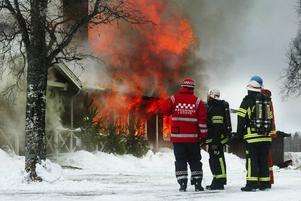 """Nils Gustaf Bergkvist, vice ordförande i IOGT-logen Lyran, såg sorgset på när elden slukade samlingsgården. """"Det är många miljoner som går upp i rök nu"""", sa han.Räddningstjänsten kämpade förgäves."""