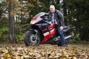 Tony Nordström har kört motorcykel sedan tonåren och tycker om att ta en tur i sadeln, även om de har blivit något färre till antalet den senaste tiden.
