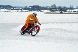 Benny Sollo tar ut sin veteranisracingmotorcykel ett par gånger om året. Gårdagens arrangemang på Brunnsjön var en av dem.