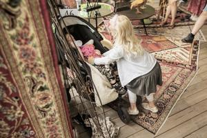 Femåriga Lowa Eriksson busade med sin lillebror Jamie innan auktionen startade ett par minuter efter utsatt tid.