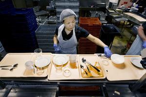 Yo Supissadapa Phaopooree sorterar upp det som ska diskas. Det är 30 anställda plus tio extra timvikarier. De har öppet från klockan 6-18 alla dagar.