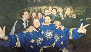 Lasse Stenvalls dotter Hanna, tvåa från höger i bakre ledet, har spelat ishockey i Leksands damlag. Numera är hon bosatt i engelska Cheltenham.  Faksimil/foto: Magnus Wennman/Dala-Demokraten
