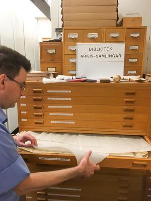 Mellan 700 och 800 ritningar låg hoprullade i de två koffertarna med material från utgrävningen 1958. Ivan Klaesson, arkivarie vid Länsmuseets arkiv, visar lådorna där ritningarna förvaras i väntan på en eventuell slutrapport. Foto: Anders Lif.
