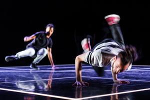 Gatudans möter modern dans, musik, pantomim och akrobatik. i