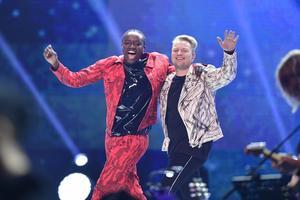 Idol-finalisterna Tusse Chiza och Freddie Liljegren på scen vid finalen i TV4:s program Idol 2019 i Globen. Foto: Stina Stjernkvist / TT