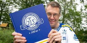 Lars Ingels visar upp 100-årsboken som är på nära 400 sidor och väger 2 kilo.