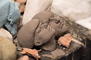 Sam Westerholm skulpterar nya terracottahuvuden för sin stora samling.