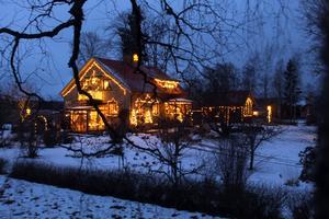 Liknelse med pepparkakshus stämmer mer än väl in på Bo Eks hus så här i juletider.  Foto: Bo Ek