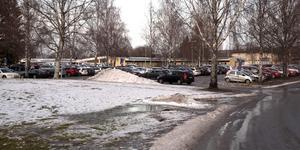En man sitter anhållen i Sollefteå misstänkt för försök till tillgrepp av fiortskaffningsmedel. Händelsen utspelade sig på den stora parkeringen vid Sollefteå sjukhus under tisdagsmorgonen. Foto: Jonny Dahlgren