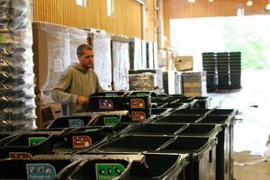 De nya återvinningskärlen läcker, det larmar allmänheten om efter att kärlen börjat tas i bruk.