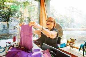 """Gunilla Schöllin har precis flyttat tillbaka till Örebro efter 41 år på annan ort. Hon gillar idén att lapptäcket görs som ett projekt med Vivillalla från Vivalla. """"Det är viktigt att vi människor finns för varandra. Det är det som är så härligt, att vi blandar tyg och vi blandar människor."""""""