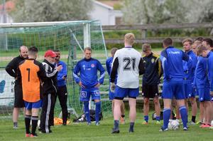 Christoffer Lindgren, mitten, lyssnar på tränare Stefan