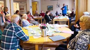 Medlemmarna i PRO Östersund City har haft möte med bland annat frågestund och datorstöd. Foto: Lars Dahlquist