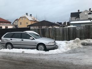 Inget för rollatorn. Bilar som inte flyttas gör det omöjligt för snöröjningen att fixa trottoarerna, här är det svårt att komma fram för den som vill använda trottoaren.