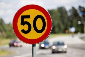 Hinner ni verkligen stanna när ni kommer långt över 50 km/h från Timrå förbi Gångvikens skola? undrar signaturen
