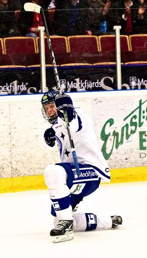 Januari 2012 debuterade  16-åriga Jacob de la Rose i Leksands A-lag och blev direkt målskytt.Samma säsong blev det flera juniorlandskamper.