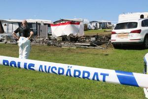 Polisens kriminaltekniska undersökning fortsätter för att hitta orsaken till husvagnsbranden vid Husabergs udde. Arkivfoto: Jan Wijk