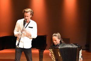 Magnus Holmander och Irina Serotyuk bjöd på ukrainsk musik med fysiskt uttryck. Bild Camilla Dal