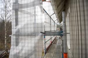 Värstaborgs fasad håller på att få isolering och ny panel.