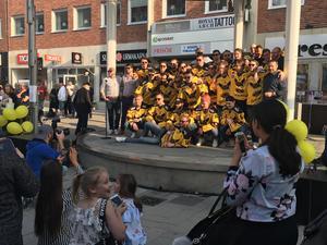 VIK Hockey tog plats på Sigmascenen under fredagseftermiddagen för att motta västeråsarnas hyllningar. FOTO: Oliver Åbonde