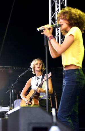 Mija Folkesson på scenen tillsammans med Jennifer Brown på en konsert i Finspång i slutet av 90-talet. Arkivfoto: Mikael Muhr