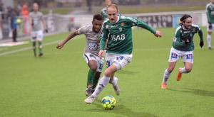 Anton Lundin försöker rycka ifrån Jönköpings Enock Kwakwa.