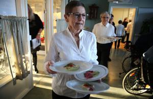 Gun Eriksson och bakom henne kommer Ulla Enmalm från Orsa Besöksgrupp, som serverade under lunchen på Lillåhem.