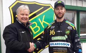 Lars-Johan Svanström, ordförande i Frillesås BK, med nya tränaren Joakim Björkman. Foto: Frillesås Bandy