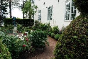 Hildasholms trädgårdsrum är symmetriska, men sinsemellan olika. Här finns inga exklusiva växter utan samma vardagliga blommor som vid andra hus i trakten.