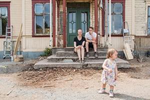 2017. Nikolai Meurman och Sanne Flink med dottern Ilse som idag är 3 år. Nu har de bestämt sig för att sälja ödehuset de renoverat och bott i under drygt 2,5 år. De vill leva enklare för att spara pengar och kunna vara hemma mer med Ilse och eventuella framtida barn.