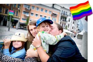 Elwin och Lion Lammi med sina mammor Mira-Johanna och Micaela är redo för Södertälje pride på lördag.– Vi tror att det kan komma 1700 personer, säger Mira-Johanna som är ordförande i RFSL Södertälje.