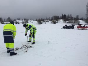 Miljökonsulter från Geosigma AB  fick borra genom isen för att ta upp sediment från botten av älven.FOTO:Gisela Åberg