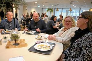 Kjell-Åke Johansson, Henrik Bender, Sylvia Larsson och Anna Wallqvist åt i Restaurang Mode som öppnade i huset under måndagen. Där kan personalen även äta medhavd mat.