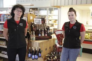 Eva och Zehlina Åkerman driver butiken i Linsell. Lokala brodukter, som till exempel Björnåsens drycker, är något turister frågar efter.