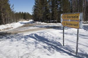 Postnords första bud när man ville ändra postutdelningen för makarna Brodin var att sätta upp en postlåda här nere vid landsvägen, där de kunde hämta sin dagliga post – drygt elva kilometer från huset i Södersel.