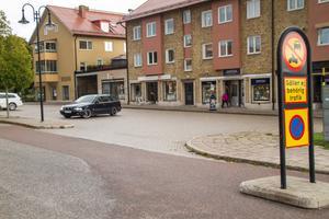 Skyltarna om parkeringsförbud på torget har måttlig effekt.