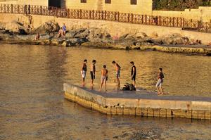 Fotboll på piren. Längs Vallettas stränder pågår aktiviteter under större delen av dygnet.