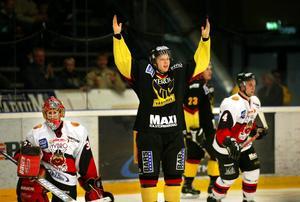 Stefan Holmgren firar ett mål mot Nybro hemma i Rocklundahallen den 6 oktober 2002.