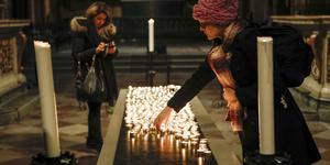 Ljus tändes i Storkyrkan i Stockholm under en minnesstund för flygoffren i flygolyckan där Iran av misstag sköt ner ett ukrainskt passagerarplan.