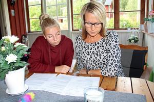 Mellandotter Ida och Helena Ekenstein läser tillsammans åtalet som kom under måndagen.
