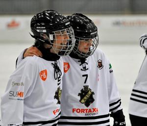 Elin Goude Öhgren och Linnéa Larsson firade finalplatsen. Foto: Christian Backevik/AIK Bandy