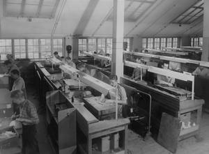 Skärningsavdelningen på Oscaria i Örebro. Koncernen hade totalt cirka 2 000 anställda 1968. Cirka 800 personer arbetade i den stora fabriken på Fabriksgatan/Södra allén. Foto: NA/arkiv