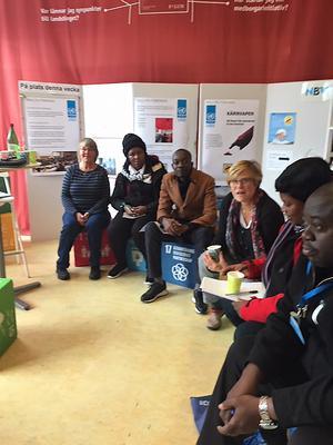 Deltagarna från Zimbabwe var imponerade av Falu demokraticentrum. Från vänster ses: Cia Bergh från Falu FN-förening, Agnes Tore, Sathulani Moyo, Karin Perers från Falu kommun, Charity Mungwani och Noel Israel Mushangwe. Foto: Karin Alexanderson