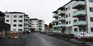 I förhållande till de nya husen på Bandvagnsgränd så ligger Litsvägen till vänster utanför bild.