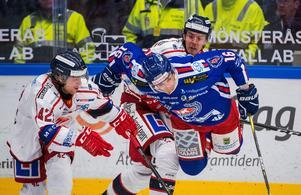 Oskar Drugge och Patrik Blomberg i närkamp med Oskarshamns Arsi Piispanen under årets säsong. Bild: Suvad Mrkonjic/Bildbyrån.